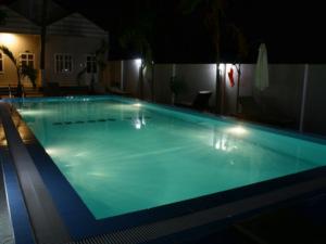 гест с бассейном